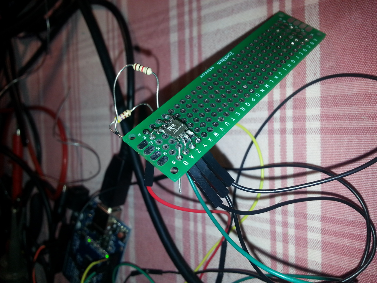 the breadboard-based setup with a FM24C04 to be dumped.